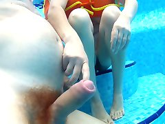 honění v bazénu. branlette sous l'eau