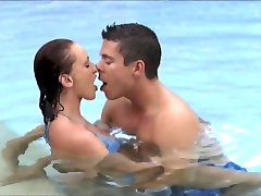 Donna Marie DP'ed v Bazénu