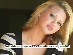 Svetlana roztomilá blondýnka pití kávy