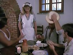 饥渴的女服务员真正享有三个鸡巴