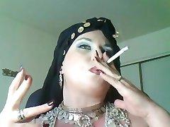 Božica Bella Donna,velika lijepa žena pušiti cigan Kraljica