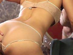 Plné chtíče a vášně brunetka Sunny Leone zbaví prádlo a masturbuje