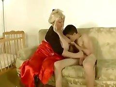 Babička ošuká hubenou vole