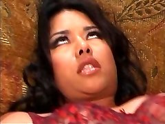 Izvrsna mlada Latinska drolja блять pozdravlja bijeli kurac u njegova nadgradnja na kauču