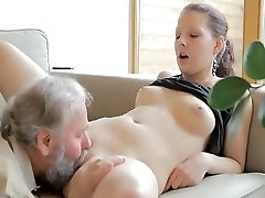Nadržený starý muž šuká syna's přítelkyní