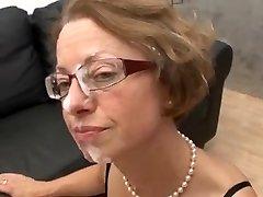 MILF u naočalama fucks hard