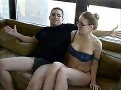 Prekrasna prekrasna naočale i donje rublje jebanje i sperma na licu na kauču