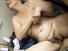 Napaljeni Stari bucmaste baka masturbira sa dildo