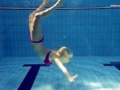Sexy Elena ukazuje, co dokáže pod vodou