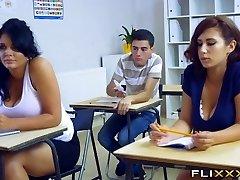 教師がダブルチーム留学生