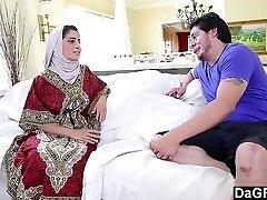 Árabe Pinto Nadia Ali desfrutando de um Galo Branco.