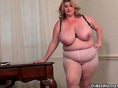 BIG BEAUTIFUL WOMAN milf Kimmie KaBoom shows off her secretary skills