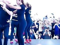 Menina bonita dançando no leggings