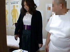 Médico voyeur massagem vídeo estrelado por um gordo Asiático vestindo-calcinha preta
