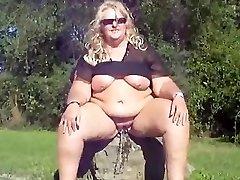 Gorda loira garota mijando