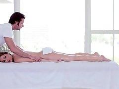 Sexy sirene obtém seus peitos enormes e perfurou a vagina de massageava