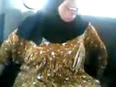 Árabe MILF chupando e fudendo no carro