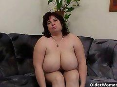 Peituda e maduro BBW se masturba com vibrador