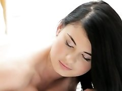 Seios grandes babe Lucy Li goza de uma molhada de massagem e seduz h