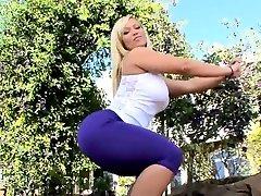 Rough mature darling gets her flexible butt gap screwed