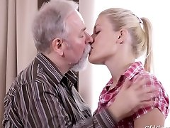 Elena can't believe how good this old man is at having hump