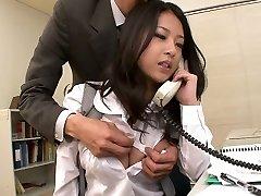 Super kawaii Japonských kancelář děvka saje dva silné kohouty v práci