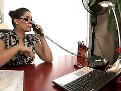 Hot blondýnka a bruneta kancelář děvky kurva na stůl