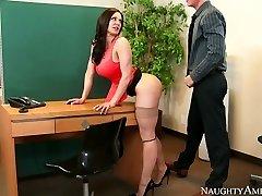 تند و زننده با مشاعره بزرگ Kendra Lust سکس روی میز توسط Richie Black