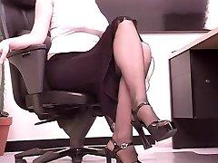 Busty brunetka tajemník hraje s velkým dildo na její stůl