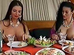 Dvě propíchnuté prsatá děvky baví