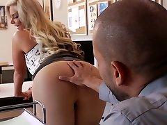 Prsatá blond nymfa Phoenix Marie sucks tlustý péro brutální stud Karlo Karrera