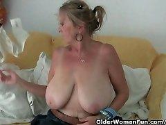 Babička s velkýma kozama masturbuje v punčocháčích