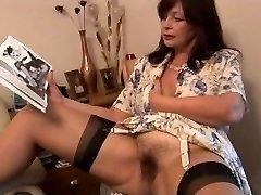 Prsatá chlupaté zralé bruneta kotě pózách a proužky