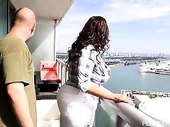 Lusty Latina Sofia Rose Fucks na Miami Balkon