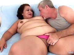 Tlustá žena bere na tuk kohout