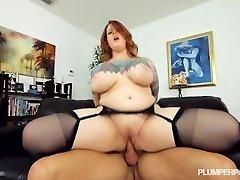 Sexy Vytetované BBW MILF Dostane Její Punčochách Nohy v Prdeli