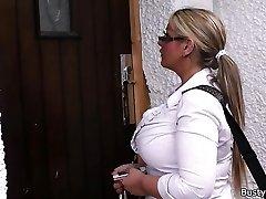 Pracovní blonde bbw v punčochách šíří nohy