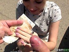 Roztomilé teen Arteya ukazuje její prsa a fucks za peníze
