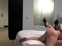 Tlustý ošklivý starý muž kurva mladého krásy doprovod v hotelovém pokoji