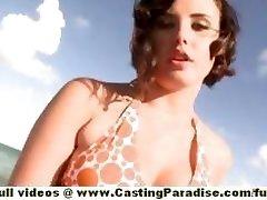Brooke Lee Adams teen babe s velkým zadkem a přírodní sýkory dostane nahý na pláži