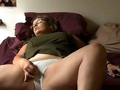 BBW dívka s brýlemi masturbuje
