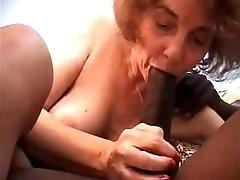 Bestemor knullet av en ung svart, suger og anal sex,