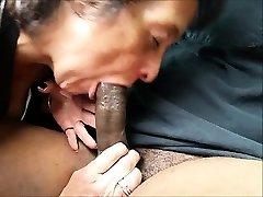Sulten bestemor å spise en stor svart kuk