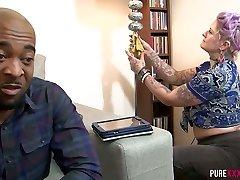 svart stud jukser på sin kone med en tatovert punk ser maid