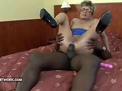 Bestemor fanget onanert anal knullet av en stor svart kuk