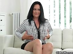 Well rounded milf Ria Black frigs her breedable pussy