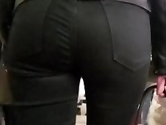 Watching on cock-squeezing donk in black jeans