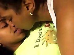 2可爱的黑人女同性恋者作出在床上