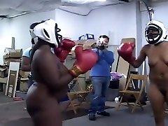 黑色的业余爱好拳击完全赤身裸体