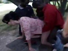 francouzská manželka nadine trvá černoši ve veřejném parku